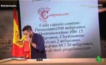 Dani Mateo sonándose los mocos con la bandera de ESPAÑA, en el programa EL INTERMEDIO del 1-11-2018